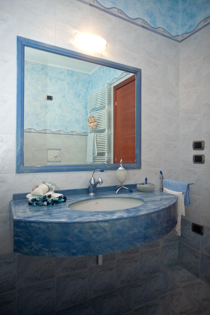 Bagno azzurro idee creative di interni e mobili - Mobili per bed and breakfast ...